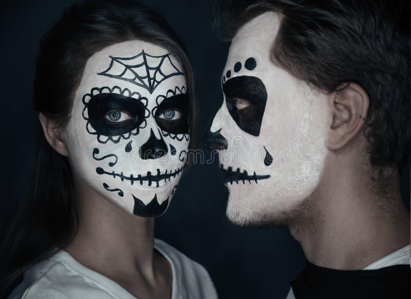 Пары влюбленн в хеллоуин смотрят на искусство стоковая фотография
