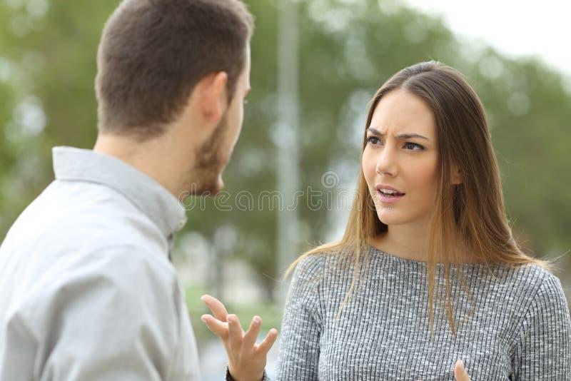 Пары говоря серьезно outdoors стоковая фотография rf