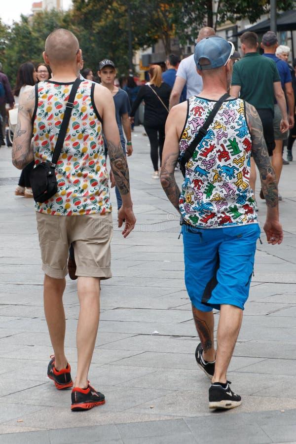 Пары гомосексуалиста идя вокруг Мадрида стоковые фото