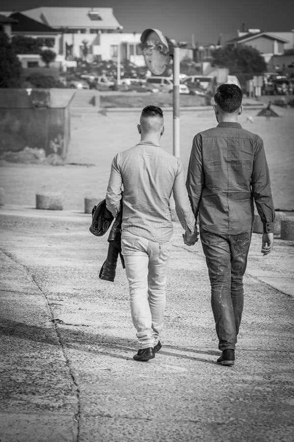 Пары гомосексуалиста идя держащ руки стоковые фото