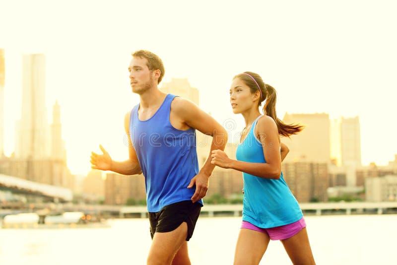 Пары города идущие jogging снаружи