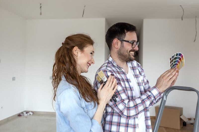 Пары готовые для того чтобы покрасить комнату стоковое изображение