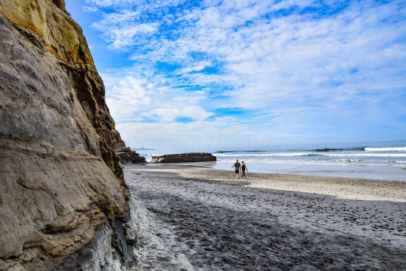Пары гуляя на пляже сосен Torrey стоковое изображение rf