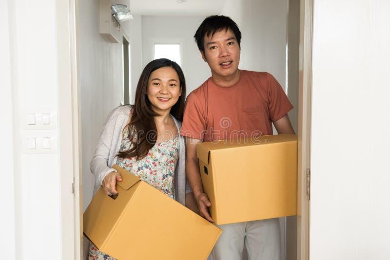 Пары двигая к новой комнате квартиры стоковые изображения