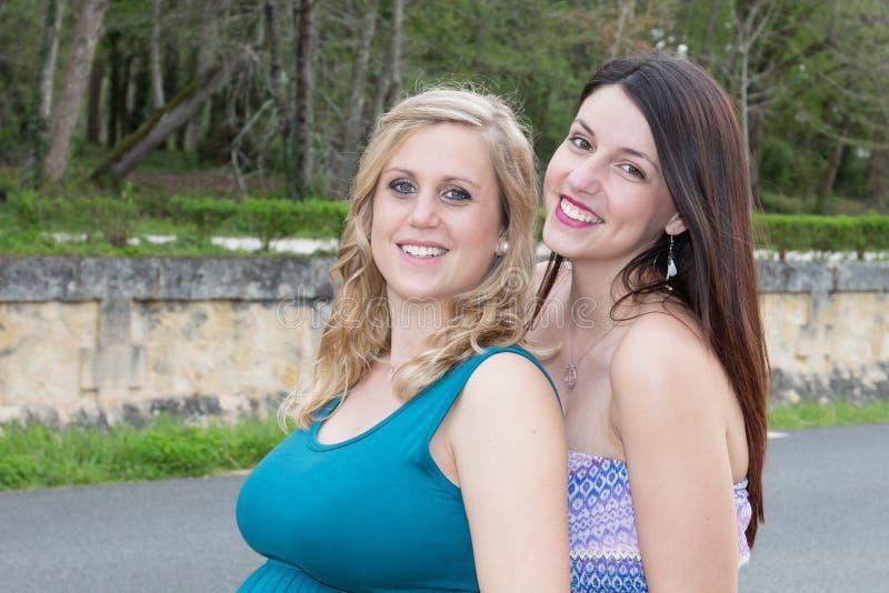 Пары девушек концепции приятельства женщин имея потеху стоковые фотографии rf