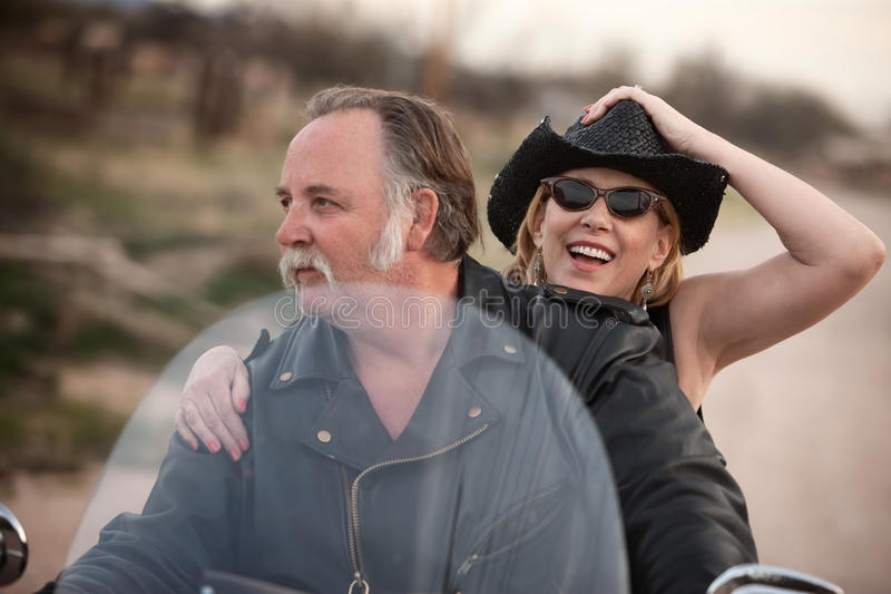 пары дезертируют возмужалый riding мотоцикла стоковые фото