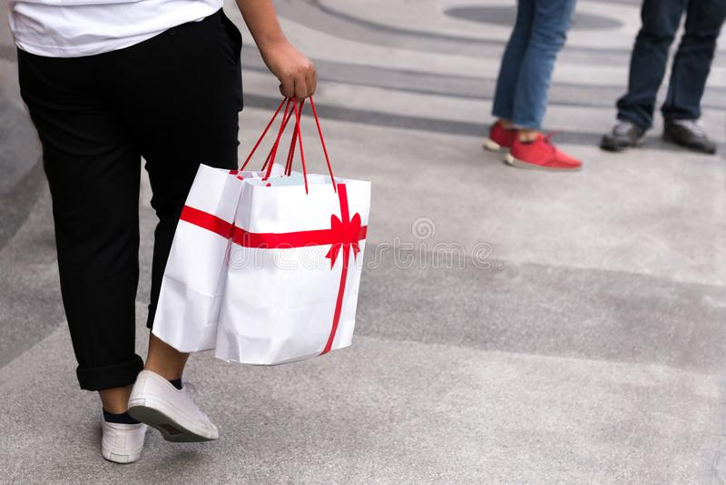 Пары делая покупки рождества с идти хозяйственных сумок стоковое изображение rf
