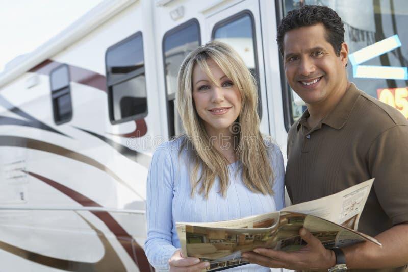 Пары держа брошюру стоковое фото rf