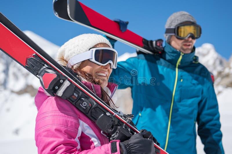 Пары держа лыжу стоковая фотография