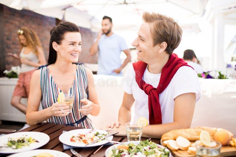 Пары есть обед стоковые фотографии rf