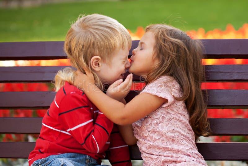Пары детей любя обнимать одина другого стоковые изображения