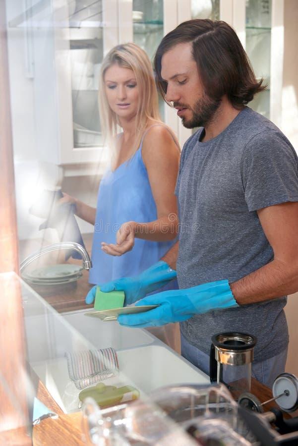 Пары делая блюда стоковое изображение