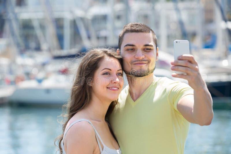 Пары делая порт selfie на море стоковые изображения rf