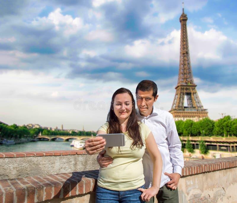 Пары делая фото selfie в Париже стоковые фото
