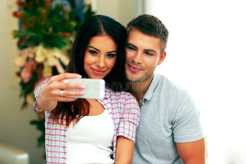 Пары делая фото selfie с smarphone стоковое фото