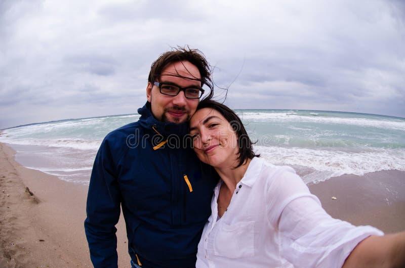 Пары делая selfie на море стоковое изображение