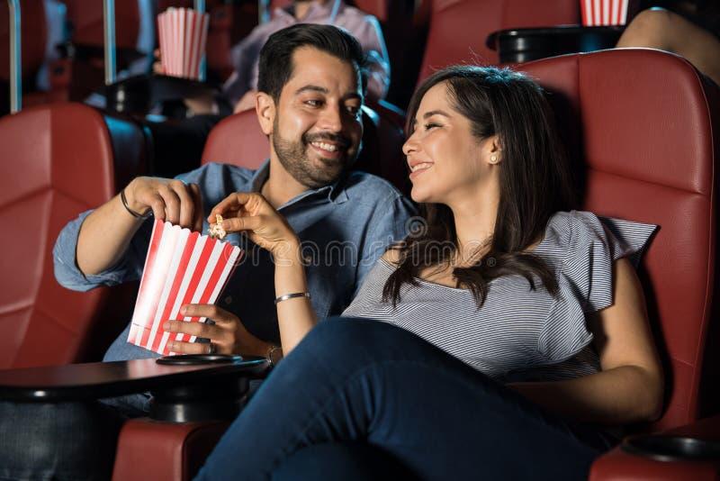 Пары деля попкорн на кино стоковые изображения rf