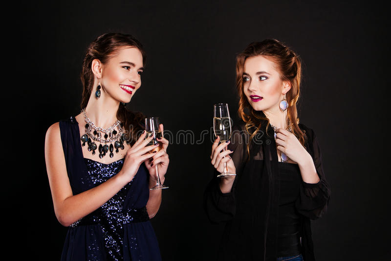 Пары женщин празднуя и провозглашать день рождения стоковое фото