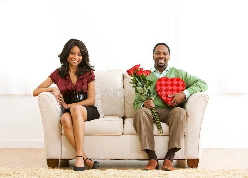 Пары: Жизнерадостная пара смотрит камеру стоковая фотография