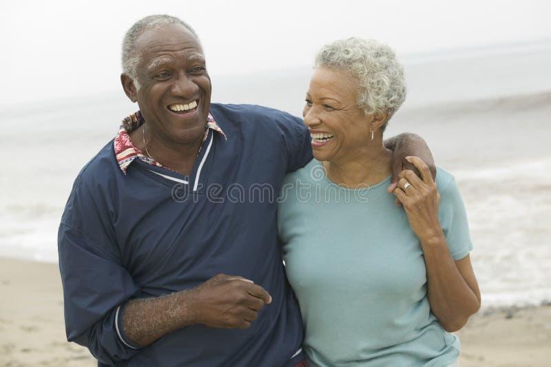 Пары жизнерадостного афроамериканца зрелые на пляже стоковые изображения rf