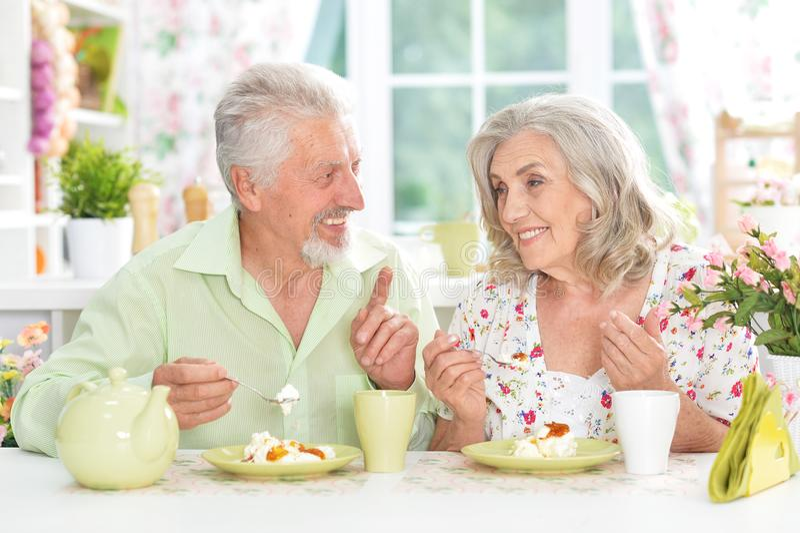 пары завтрака имея старший стоковое фото rf
