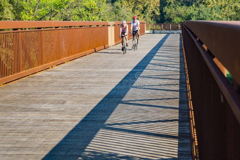 Пары задействуя на Greenway реки Roanoke - 2 стоковое фото
