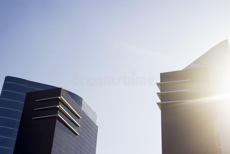 Пары зданий близнецов корпоративная черной и голубого рядом с поблескивая солнцем стоковое изображение rf