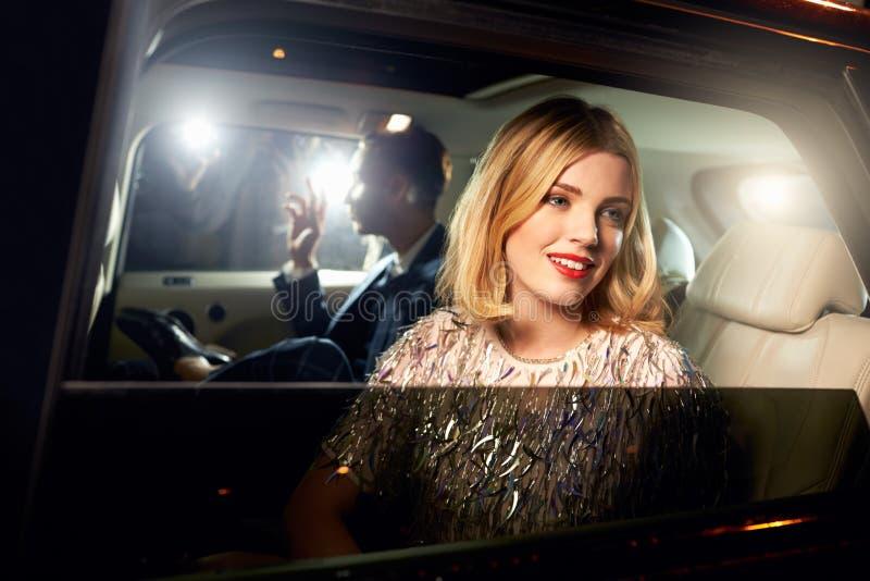 Пары знаменитости внутри подпирают автомобиля, сфотографированный папарацци стоковые фотографии rf