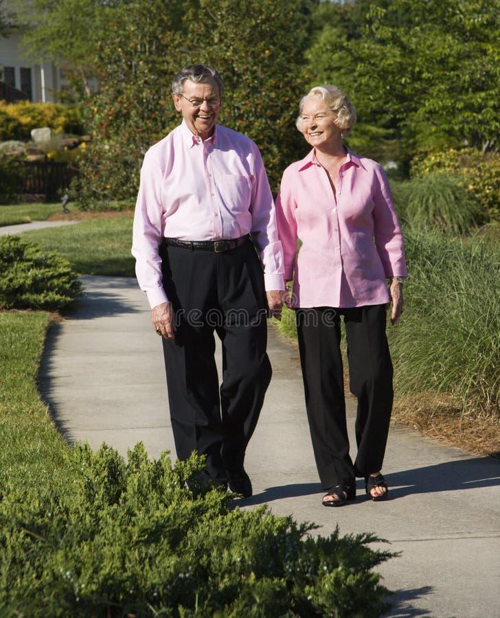 пары зреют гулять стоковые фотографии rf