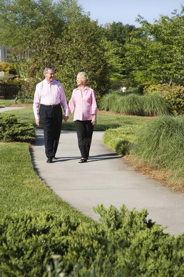 пары зреют гулять стоковая фотография