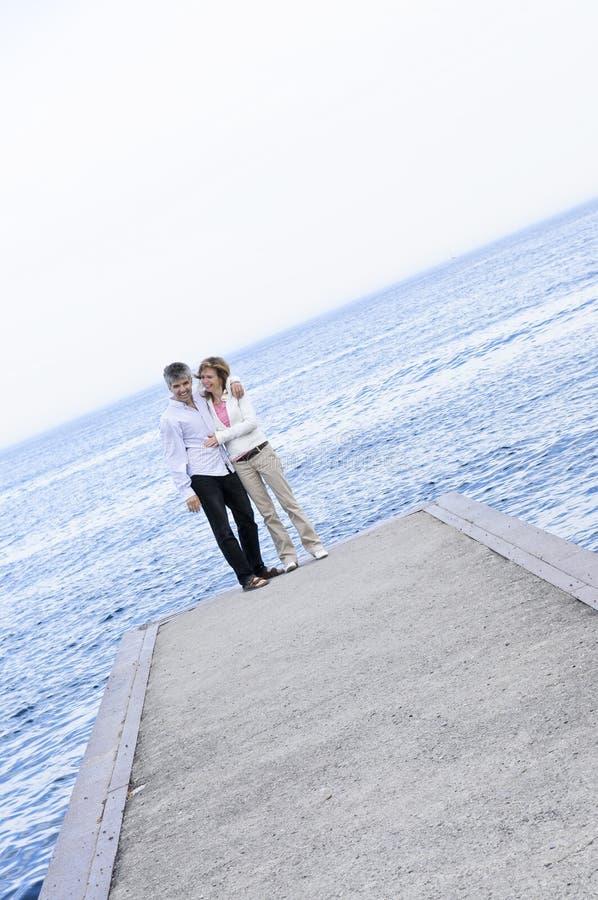 пары зреют пристань романтичная стоковые изображения