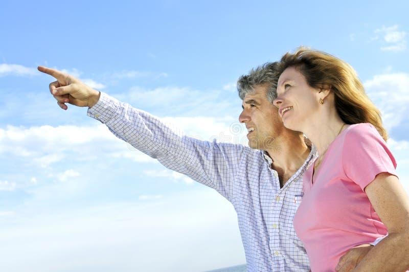 пары зреют романтичное стоковое фото rf
