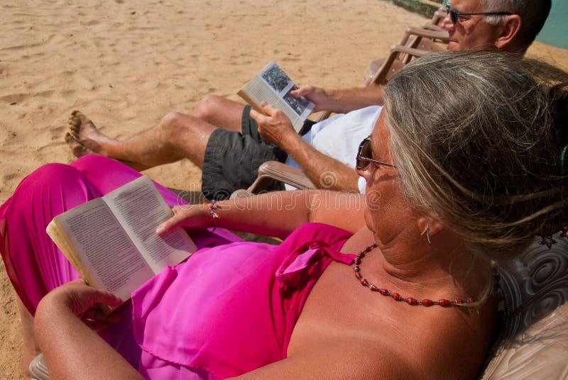 пары зреют чтение стоковая фотография rf