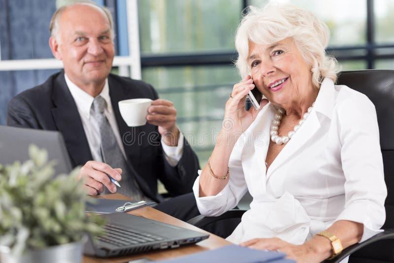 Пары зрелых предпринимателей стоковое фото rf