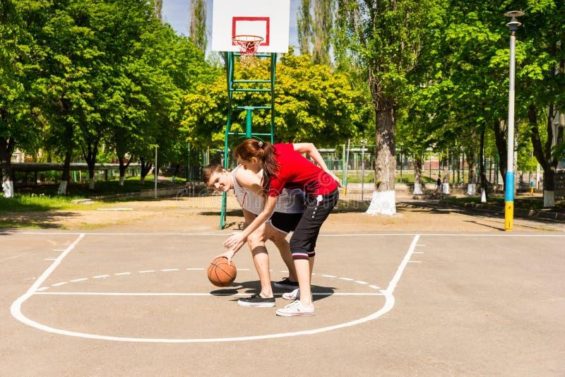 Пары играя баскетбол на внешнем суде стоковые фотографии rf