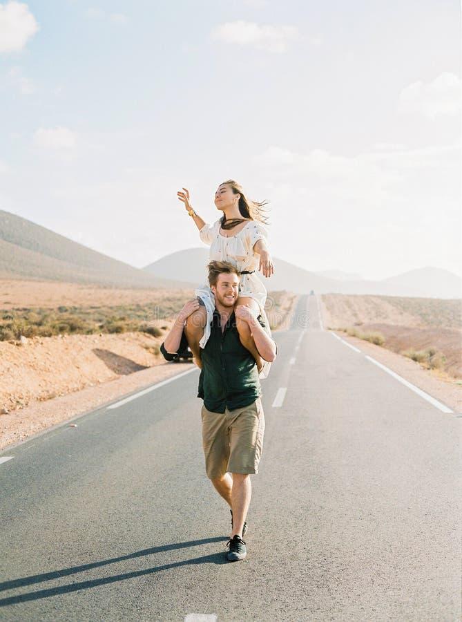 Пары идя на дорогу в Марокко стоковая фотография
