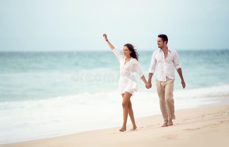 Пары идя на пляж стоковые фотографии rf