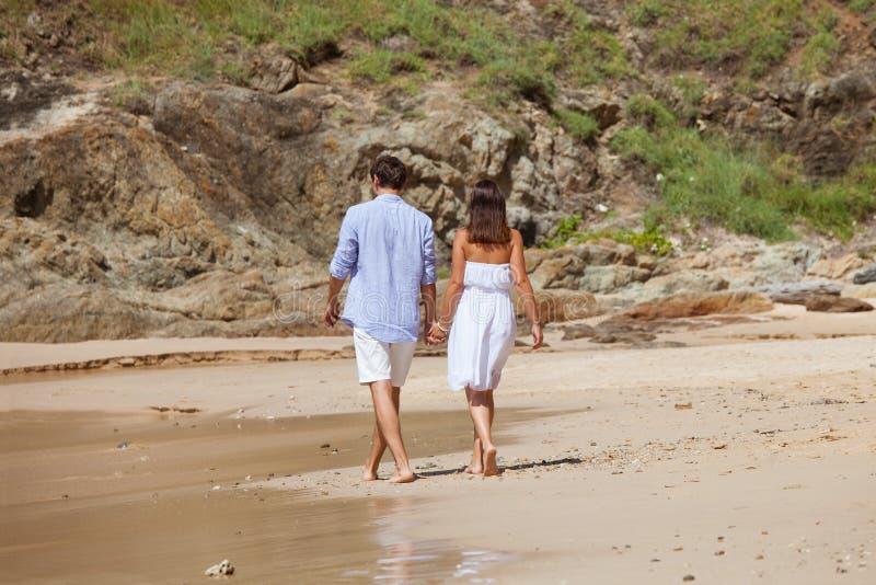 Пары идя на пляж стоковое изображение rf