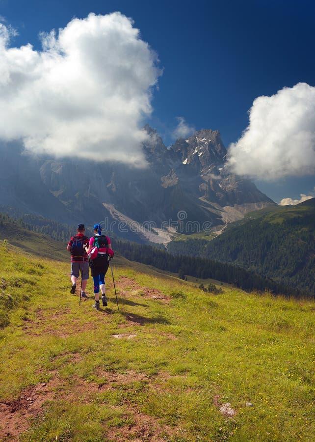 Пары идя туристов в горах стоковое фото
