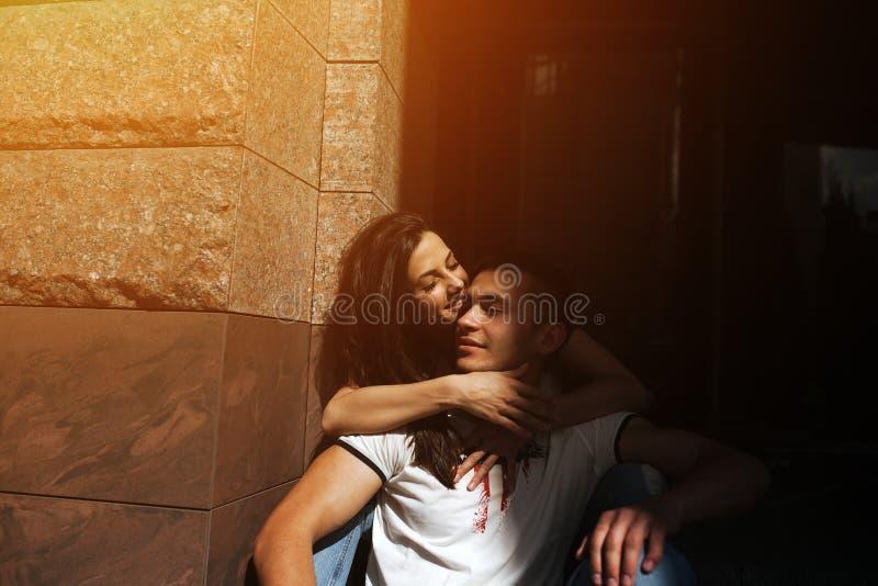 Пары имеют потеху в городе стоковая фотография rf