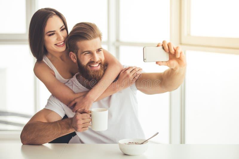 Пары имея завтрак стоковая фотография