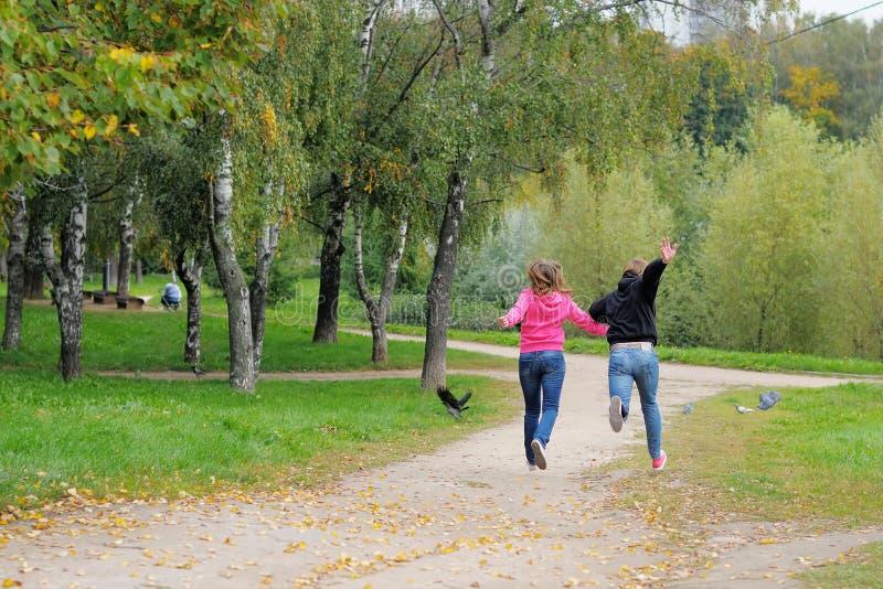 Пары имея потеху в парке стоковая фотография