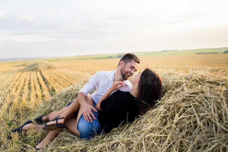 Пары имея потеху в поле стоковые фото