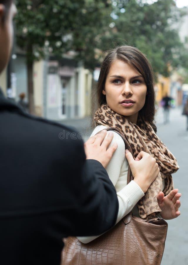 Пары имея спорят на улице города в дне осени стоковое фото rf