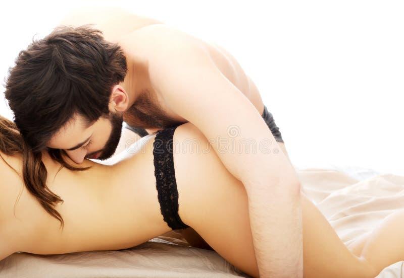 Пары имея foreplay в спальне стоковое фото