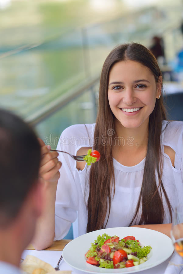 Пары имея lanch на красивом ресторане стоковое фото rf