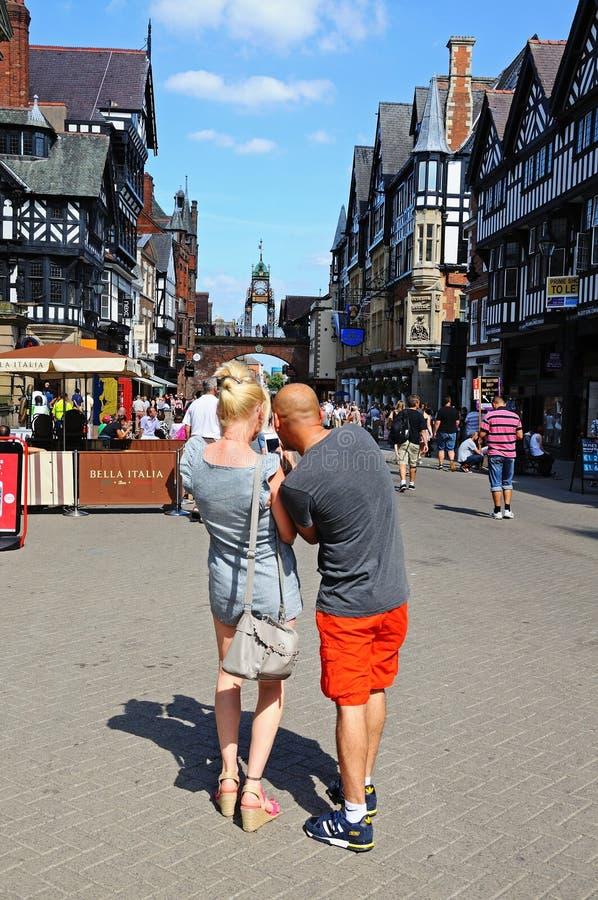 Пары используя мобильный телефон, Честер стоковое изображение