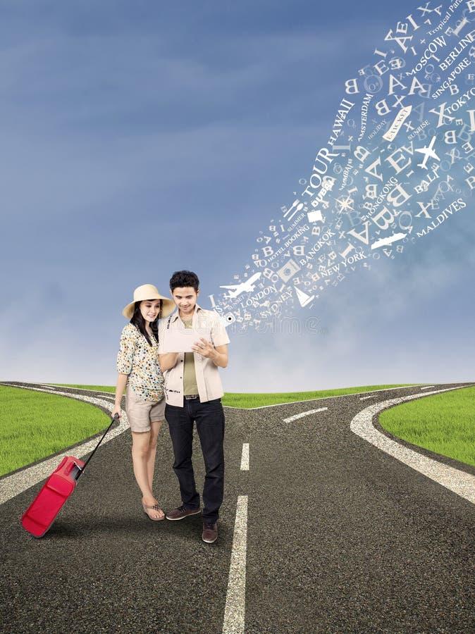 Пары ищут онлайн для назначения праздника стоковое изображение rf