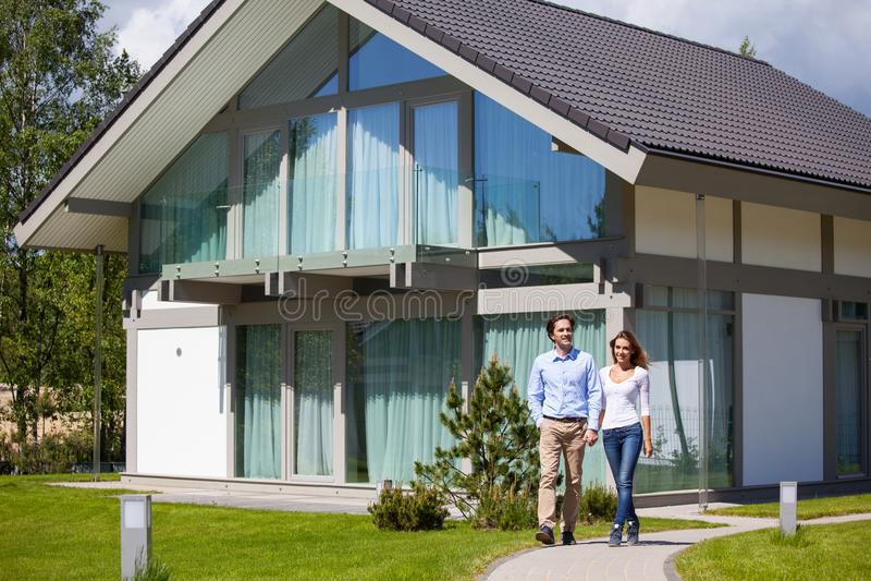 Пары и их дом стоковая фотография