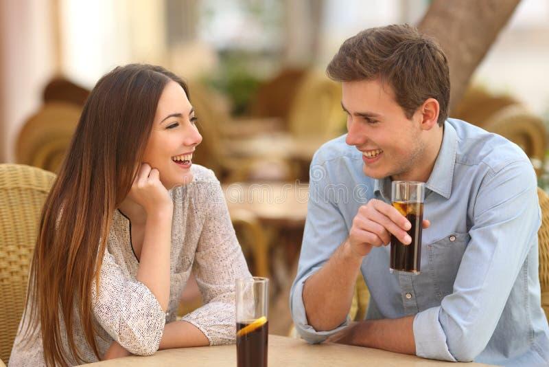 Пары или друзья говоря в ресторане стоковое изображение